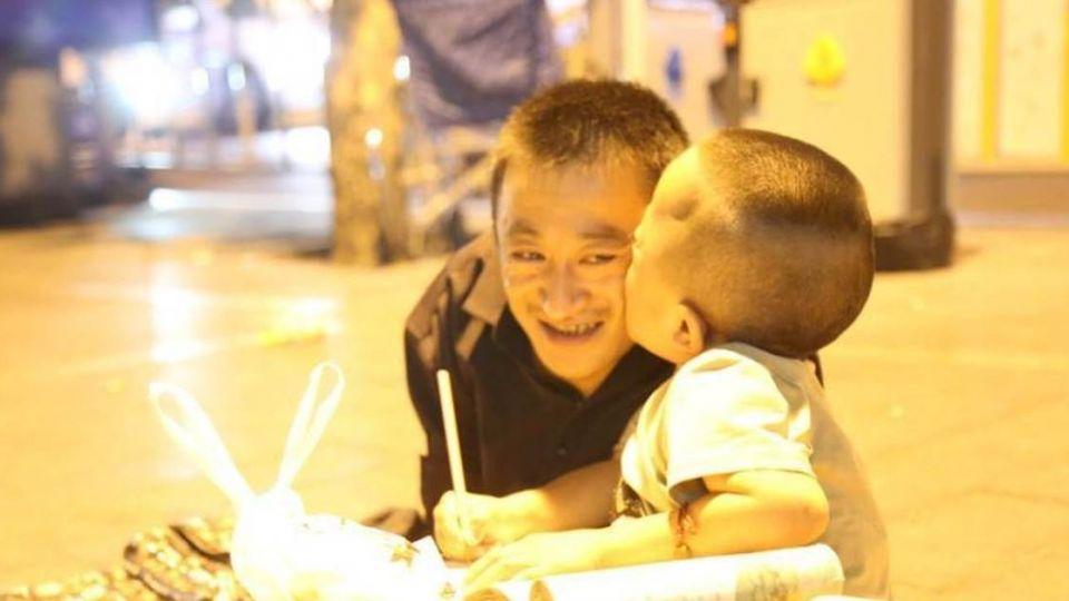 玻璃娃娃父子「餐風乞討」 引微弱路燈教識字