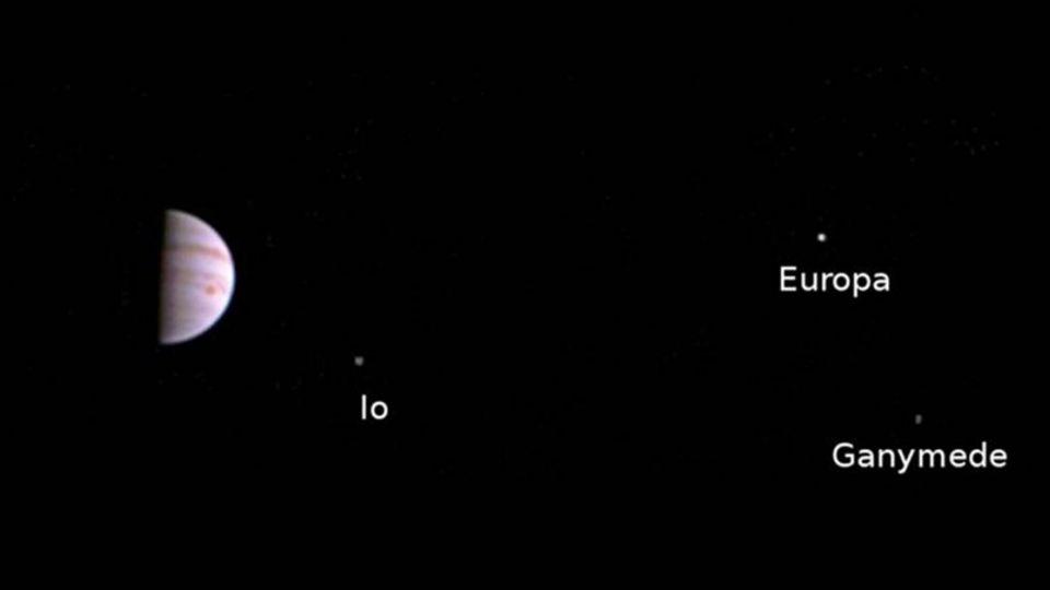 飛5年近30億公里!「朱諾號」傳回首張木星近照