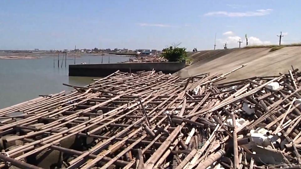 蘇迪勒爛攤擺一年 千座廢蚵棚躺沿海