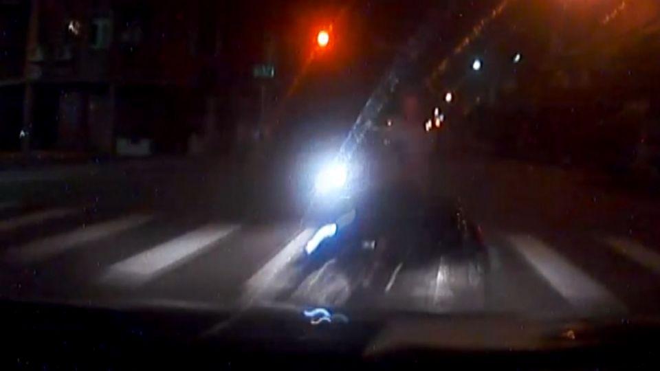 警車追緝可疑車輛 路口擦撞逆向騎士
