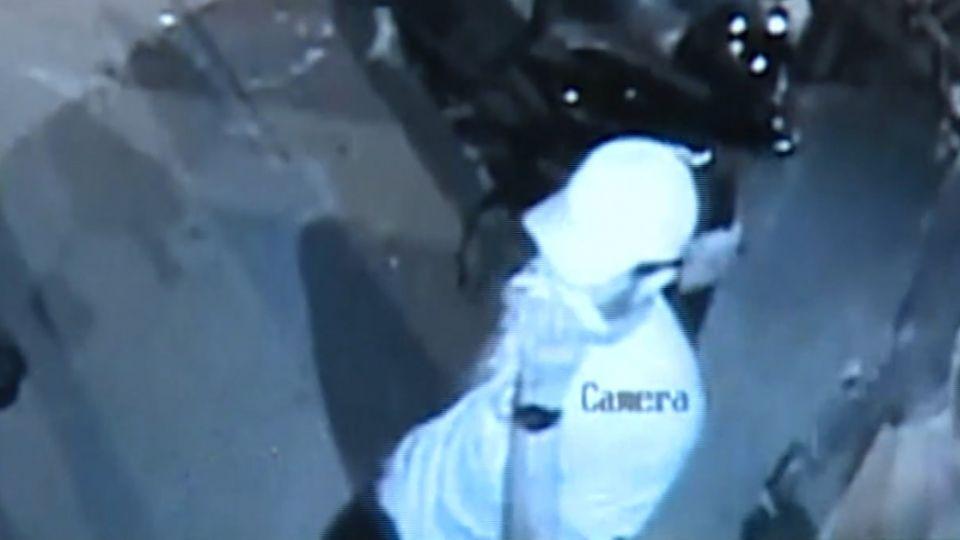 外籍嫌犯案憂遭認出 路過夜店用手遮臉