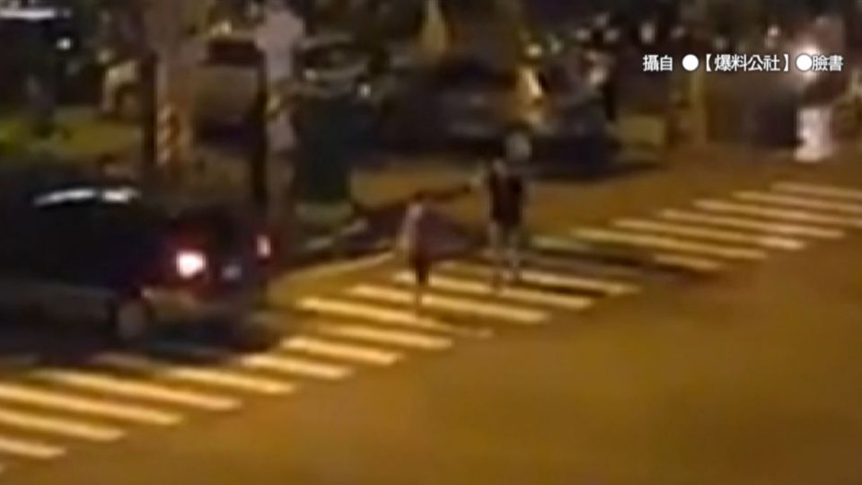 行人過馬路疑被擦撞 雙方馬路中央開打