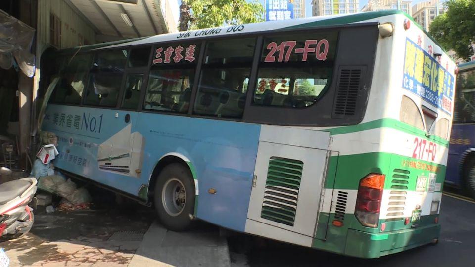 「大轉彎」駕駛甩離座位 公車失控衝撞釣蝦場