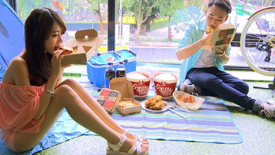 打造室內野餐風格布景 速食店邀民眾涼爽野餐