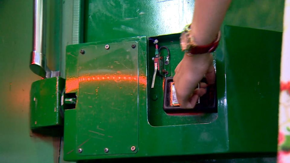 乘客找「氣閥」救全車 踹、搥 無奈「卡」護欄擋生機