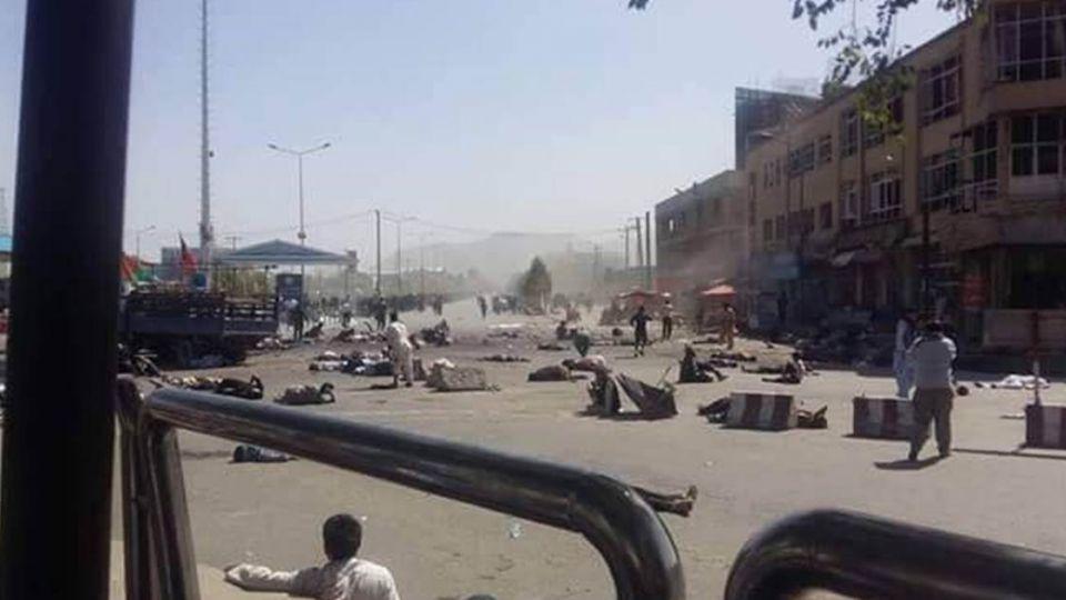 阿富汗遊行遭炸彈客自殺爆炸 慘釀至少61死207傷
