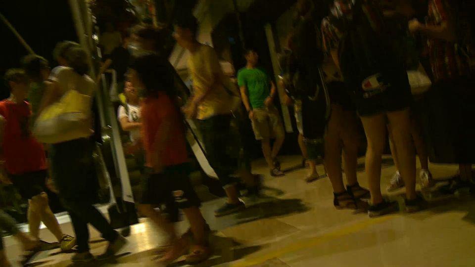 熱翻!「大遠百」百貨跳電近兩小時 民眾摸黑逛街