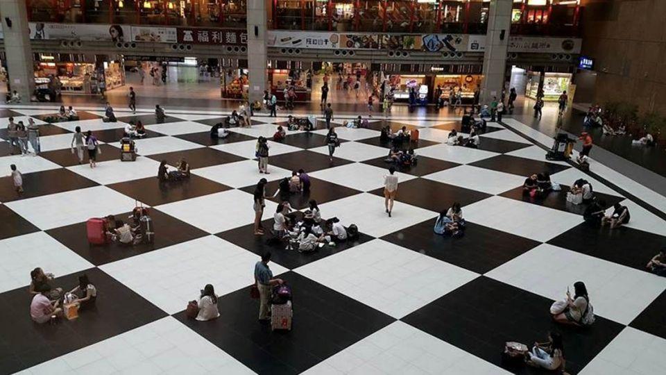 日本歐吉桑來台實測!北車站「黑白格」地板哪個較舒服
