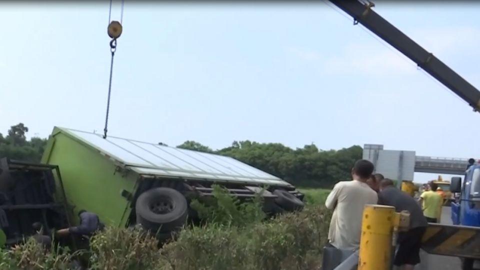 貨櫃車疑爆胎 駕駛衝斷護欄翻車