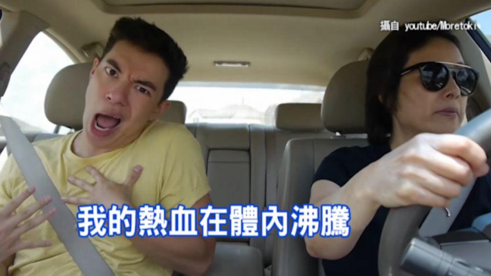 開車怕無聊?他搞笑對嘴 媽媽沒表情淡定開車