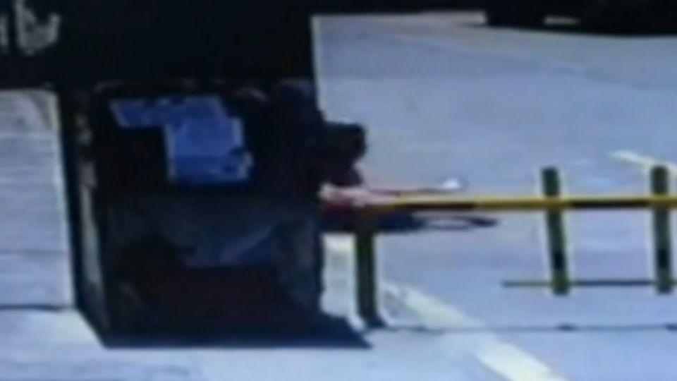 夫當街砍妻23刀 巡邏車經過竟「見死不救」