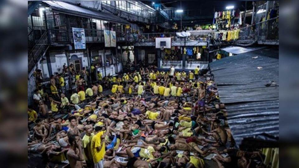 難怪「1天殺10個」!菲國監獄滿成這樣 130人共用一廁所