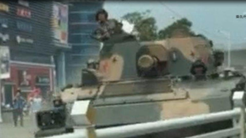 駕駛拍攝坦克車隊 坦克突「飄移」衝撞轎車
