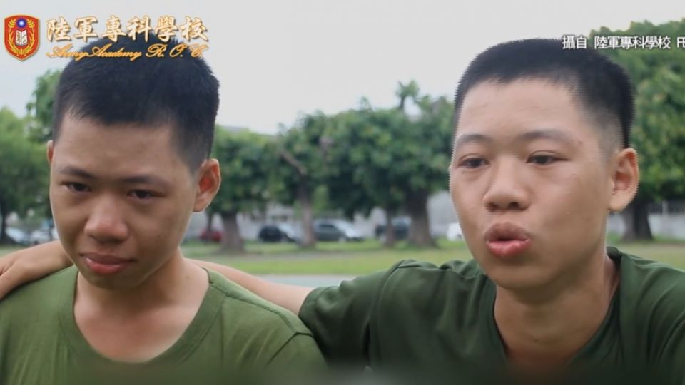 「爸爸我愛你」  陸軍入伍生思念家人淚滿面