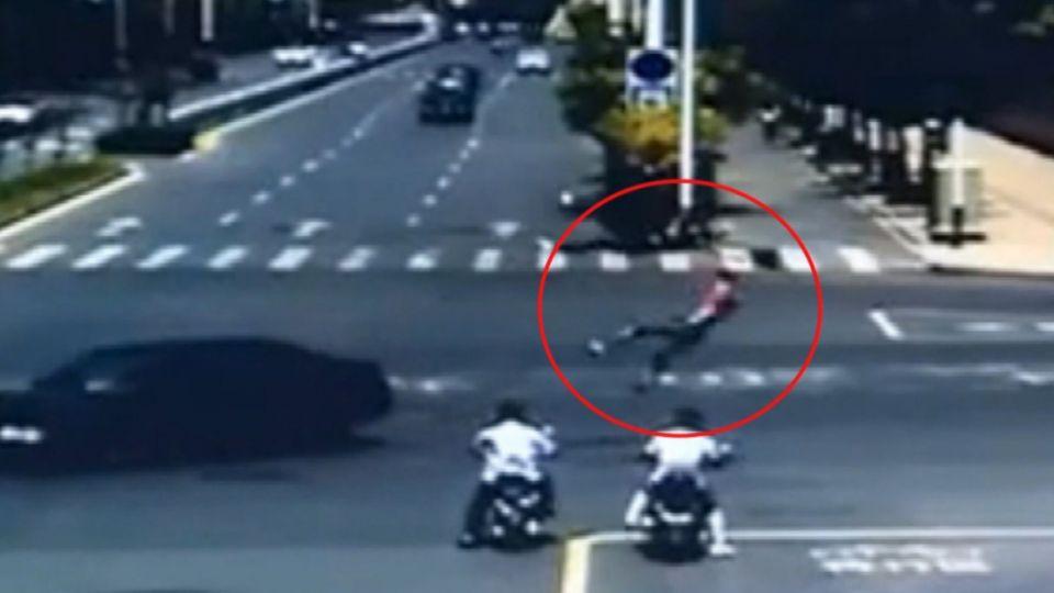 搶快「闖紅燈」 騎士撞轎車彈飛 空中翻轉重摔
