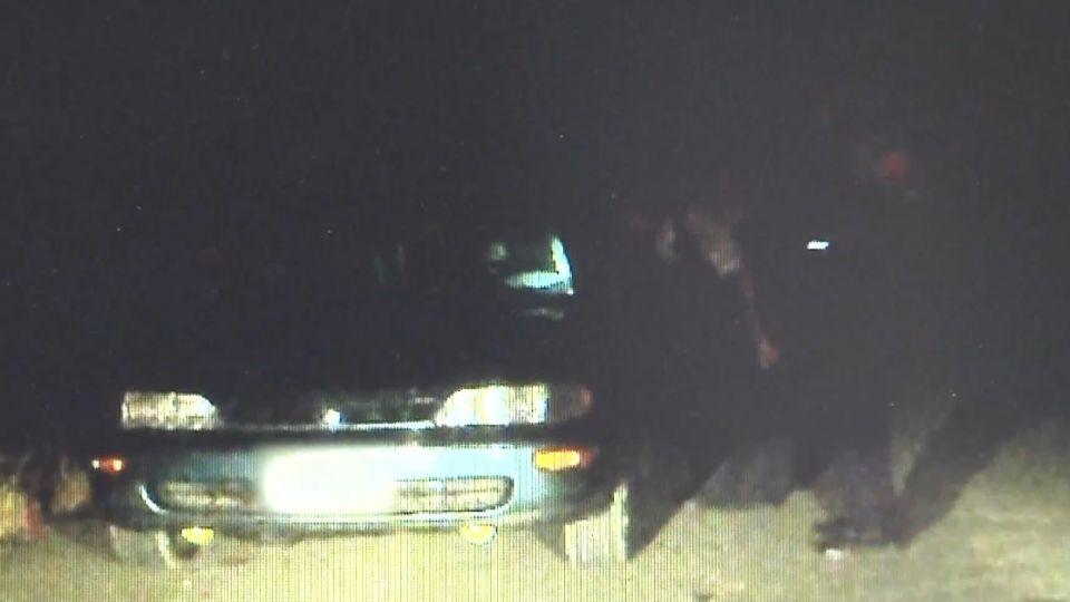 女毒蟲見攔查 倒車衝撞警...甩不掉棄車落跑