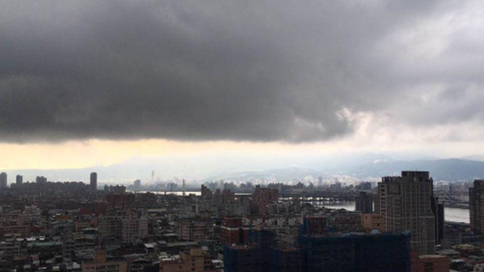 台灣切一半!這條線上13縣市別當落湯雞 防降雨、雷擊