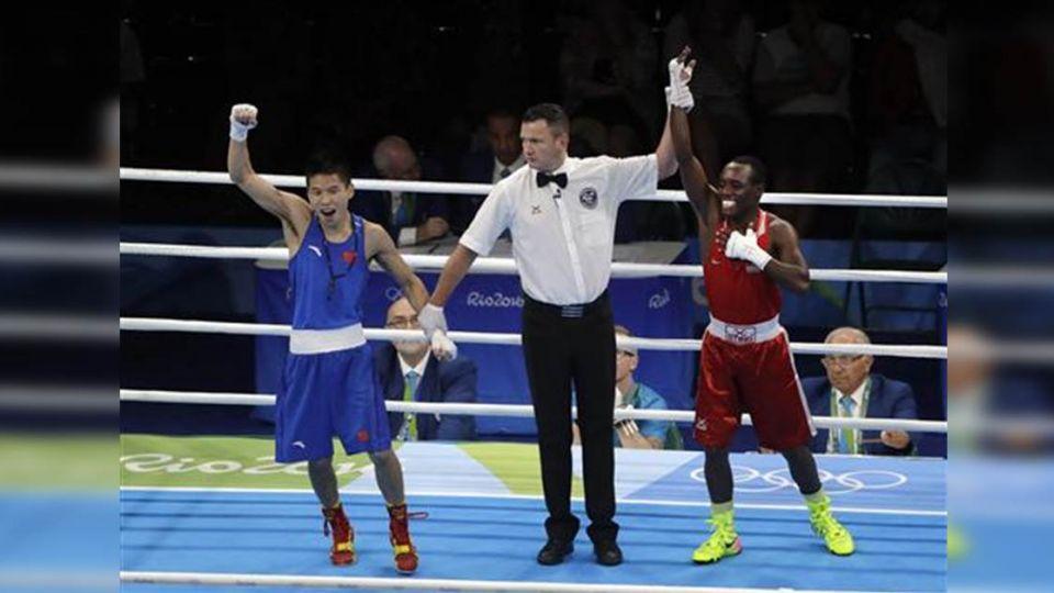以為贏了!大陸拳擊手高舉雙手瞬間 裁判一句話「糗翻」