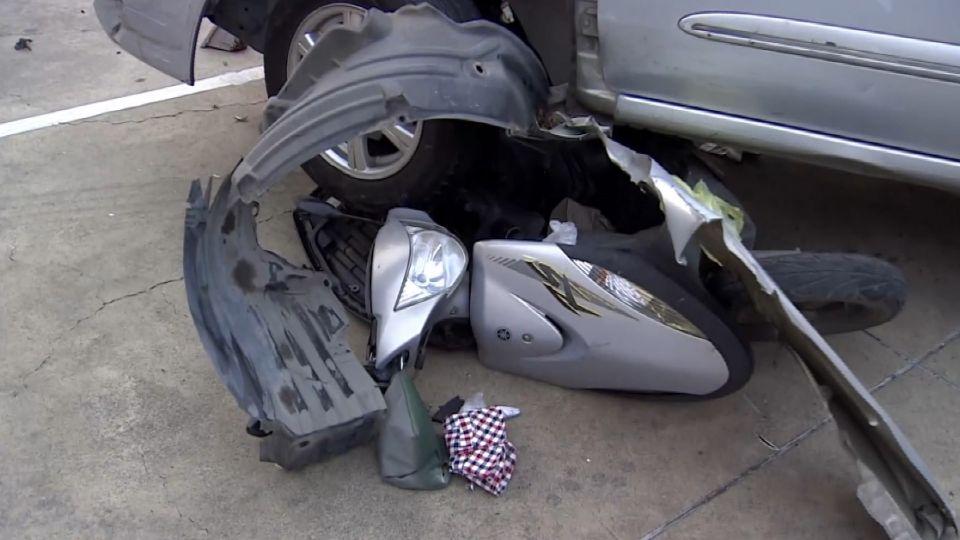 老翁閃車竟誤踩油門 連撞8機車1死6傷