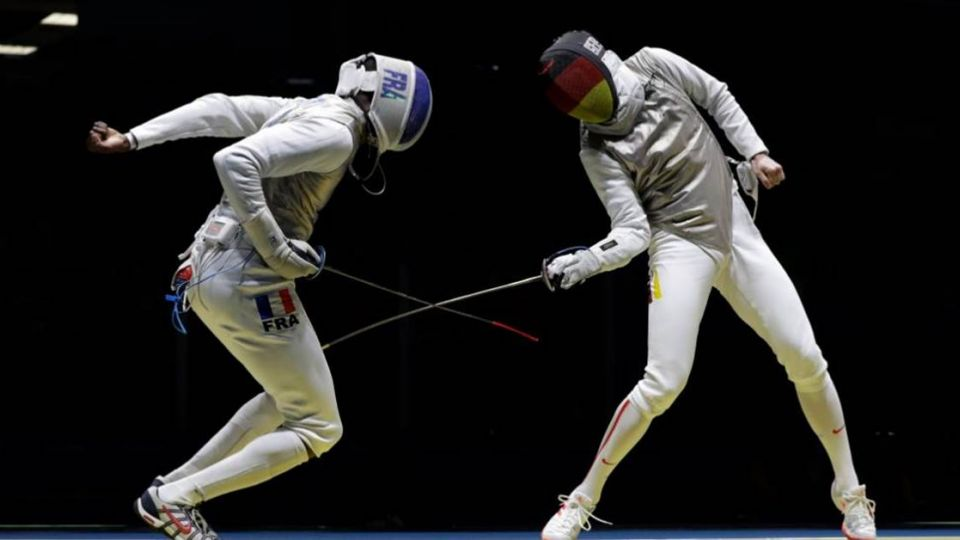 奧運擊劍比賽忽然喊「卡」!因為…手機掉出來了