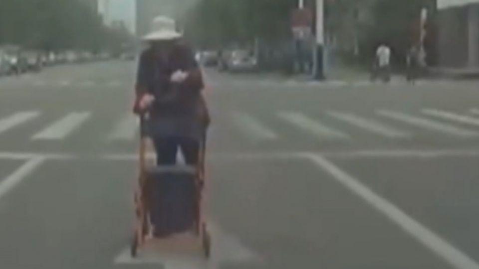 老太太攔車求助 駕駛以為「碰瓷」倒車逃