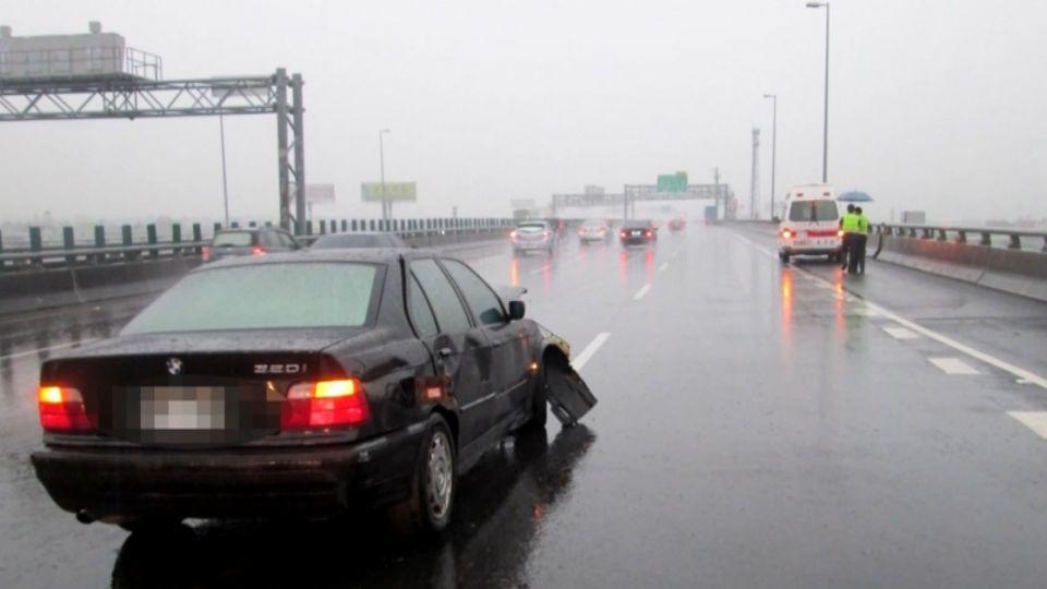 雨天國道積水 疑「水漂現象」先撞車再撞護欄