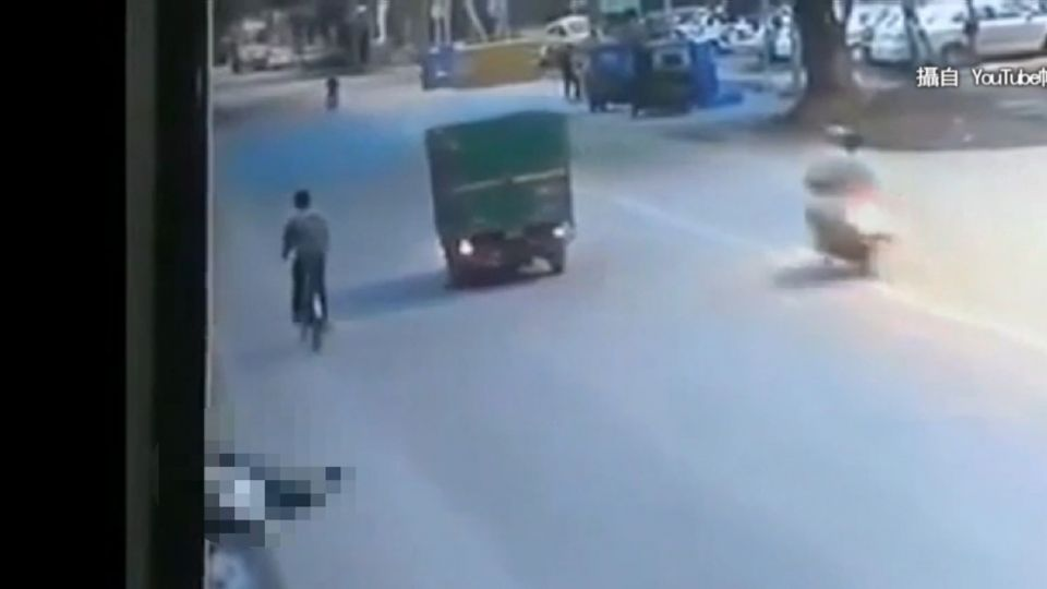 男遭車撞倒路邊 200人見死不救 還有人偷手機