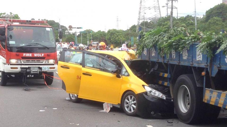 計程車撞大貨車後車斗!司機一度受困駕駛座