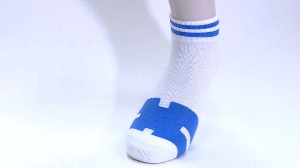 美女雙胞胎 創意時尚台味「藍白拖襪」熱銷