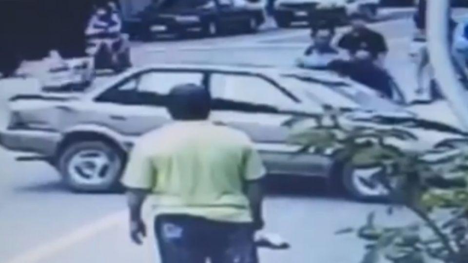 扯! 酒駕男倒車突失控暴衝 撞毀13車