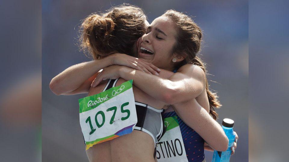 輸比賽贏友誼!2長跑女將跌倒互扶持 一同墊底卻晉級決賽