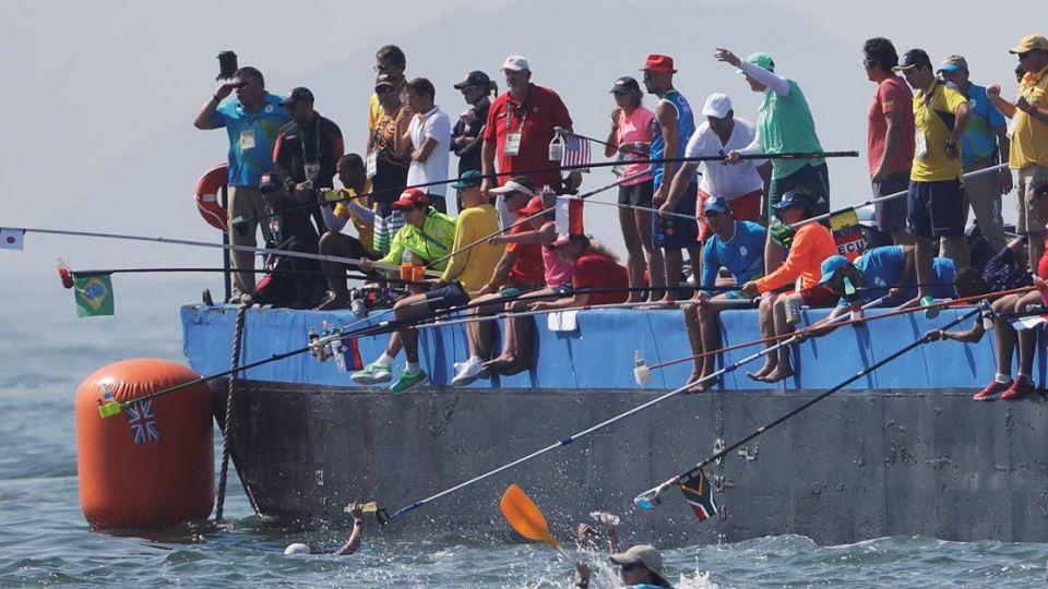 奧運新增釣魚比賽?10公里泳賽 選手奮力搶「餌食」