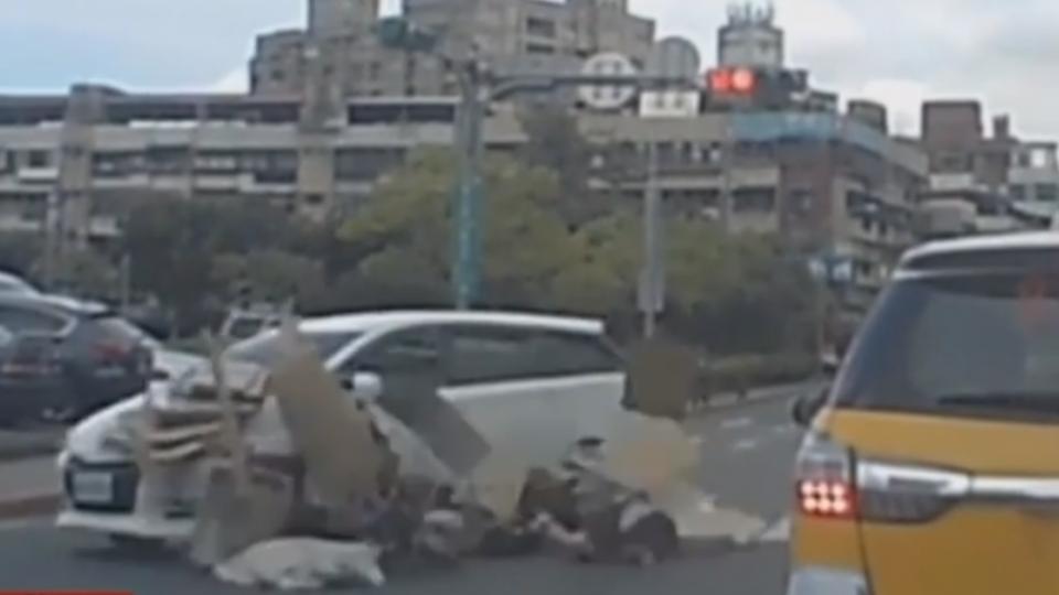 回收婦過斑馬線遭撞 駕駛稱「沒看到人」