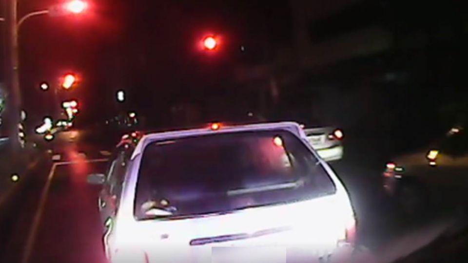 【影片】「中指蕭」再現?氣喘發燒患搶救命 轎車擋道2分鐘