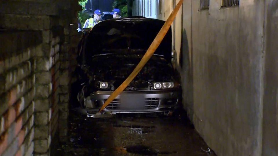 人咧?撞牆起火駕駛失蹤 住戶:疑聽到競速聲音