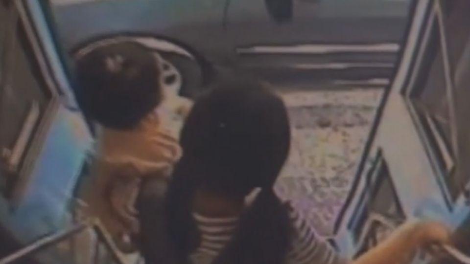 淒厲尖叫!公車門突關閉 1歲女娃身體遭夾傷