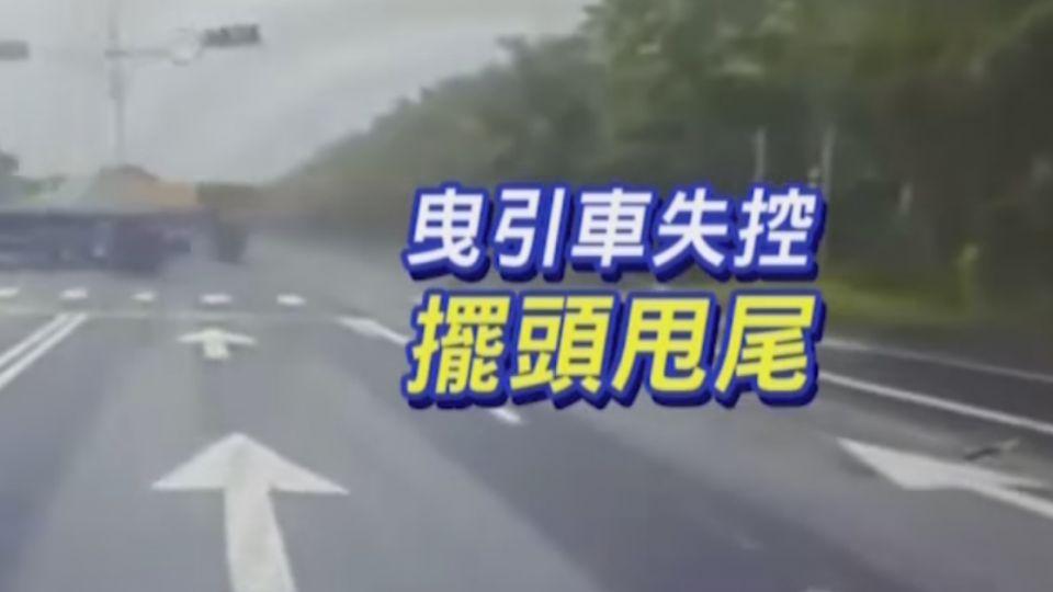 疑超車失控!曳引車擦撞砂石車 衝對向撞飛紅綠燈