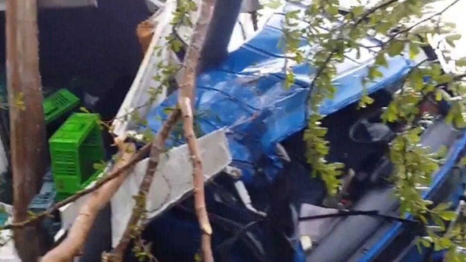 雨天地滑!貨車撞分隔島卡樹中央 2送貨員受困