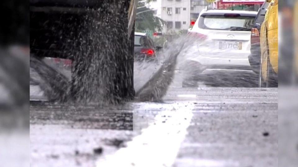 機車壓積水濺水花 噴鄰車騎士開單罰600元
