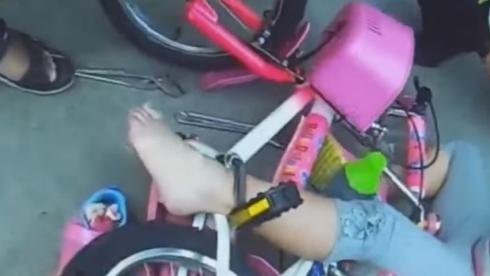 「好痛!」 女童腳卡7公分單車縫隙 動彈不得