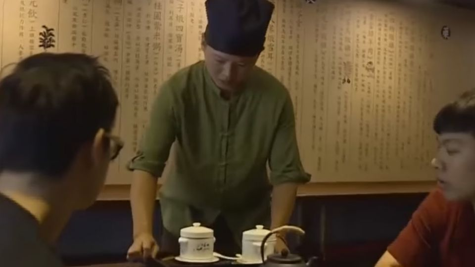 兩餐廳隔一道牆 一秒穿越「美式變中式」