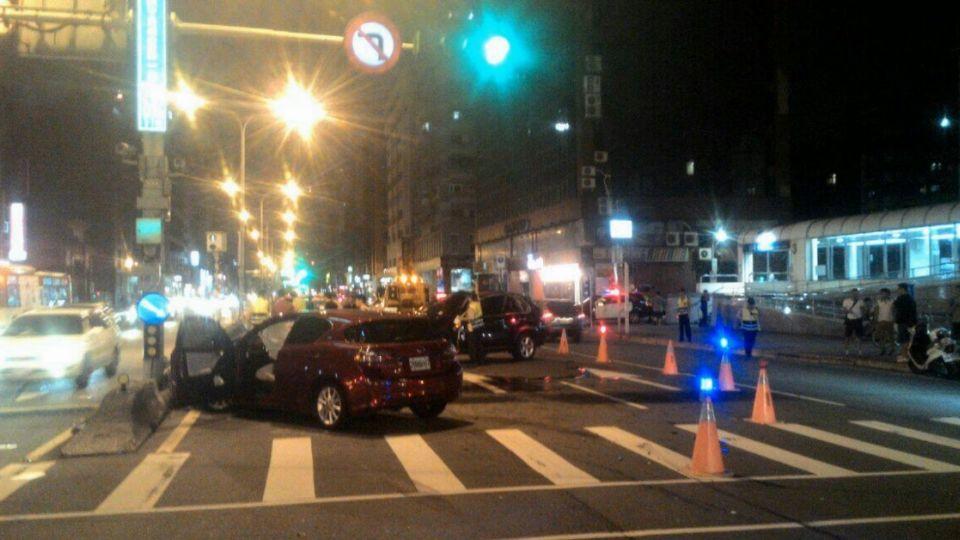 鎢鋼大王千金酒駕連撞3車 BMW遭撞翻轉360度