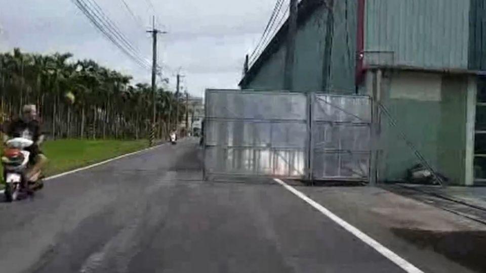 「真霸道」工廠大鐵門向外開 佔據一半道路