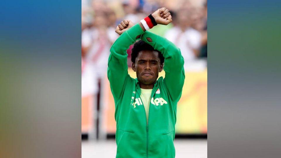 奧運最勇敢動作!他跑向終點 用雙手替族人「向世界求救」