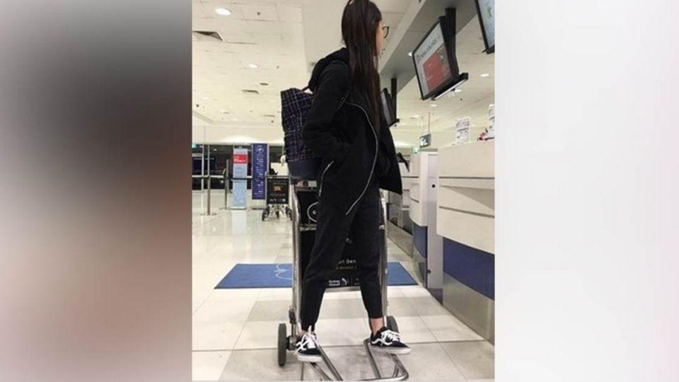 歐陽娜娜踩機場推車 網友怒轟「不良示範再+1」