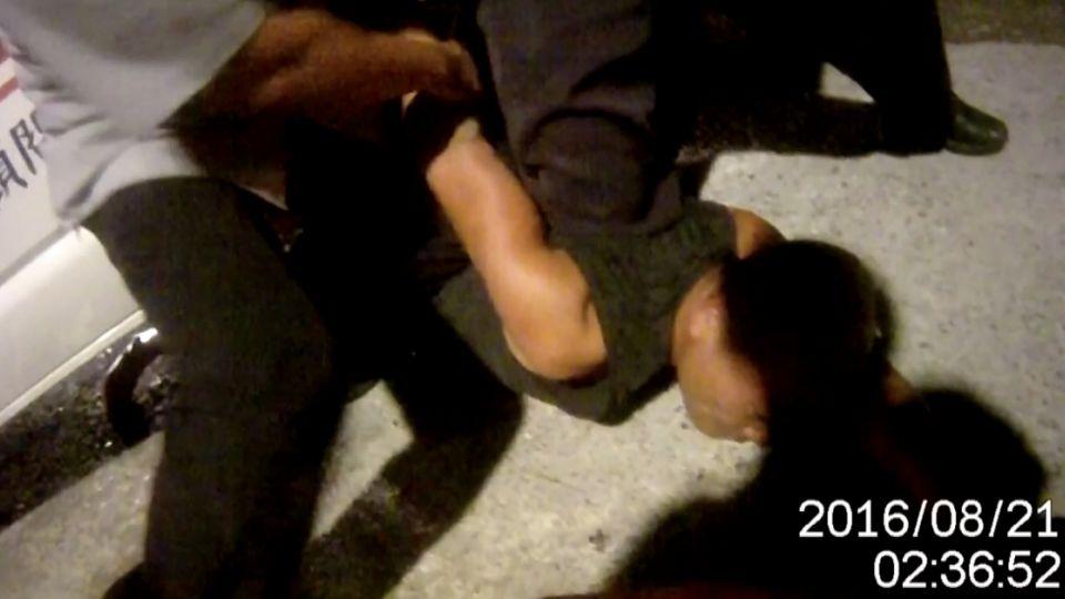 「我不用擔架」 酒駕翻車 下車大鬧出拳打警
