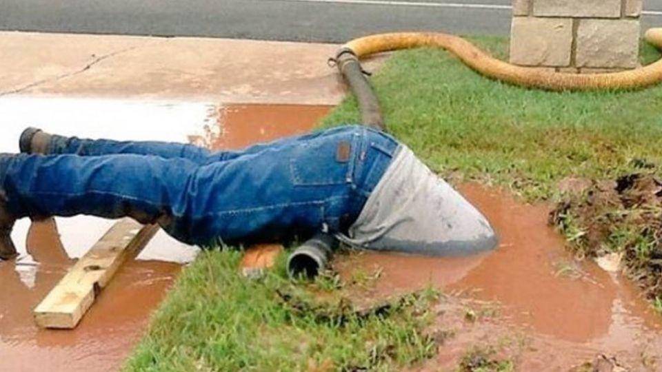 認真的水電工師傅最...帥!整個「倒頭栽」到泥水中