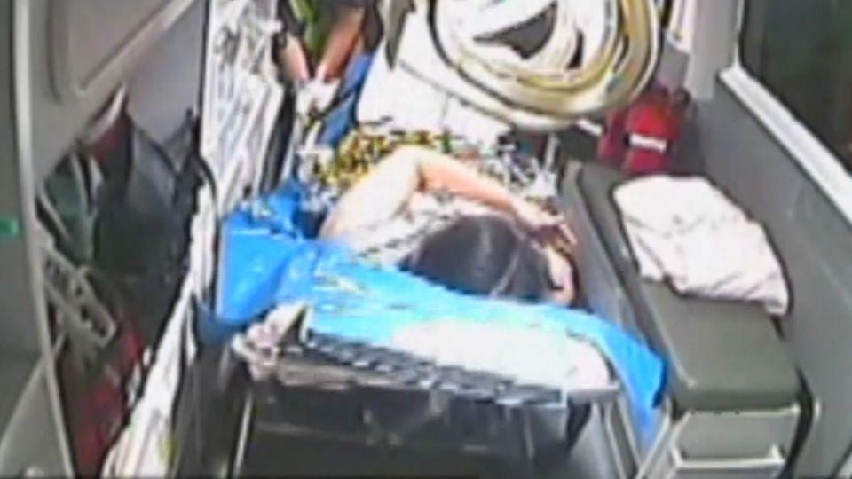 產婦急產新生兒臍繞頸 消防員救命