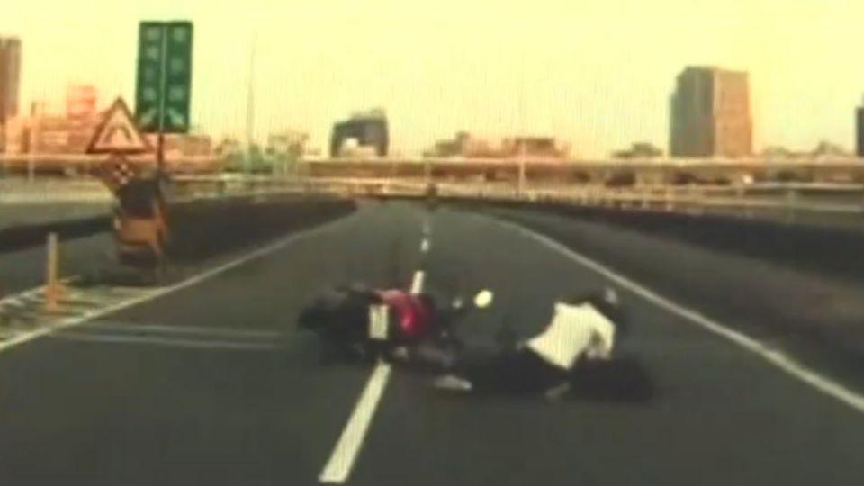 酒駕心虛?騎士沒戴安全帽 衝撞路檢點慘摔