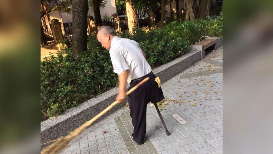 老伯默默行善 他用單腳掃出「台灣正能量」